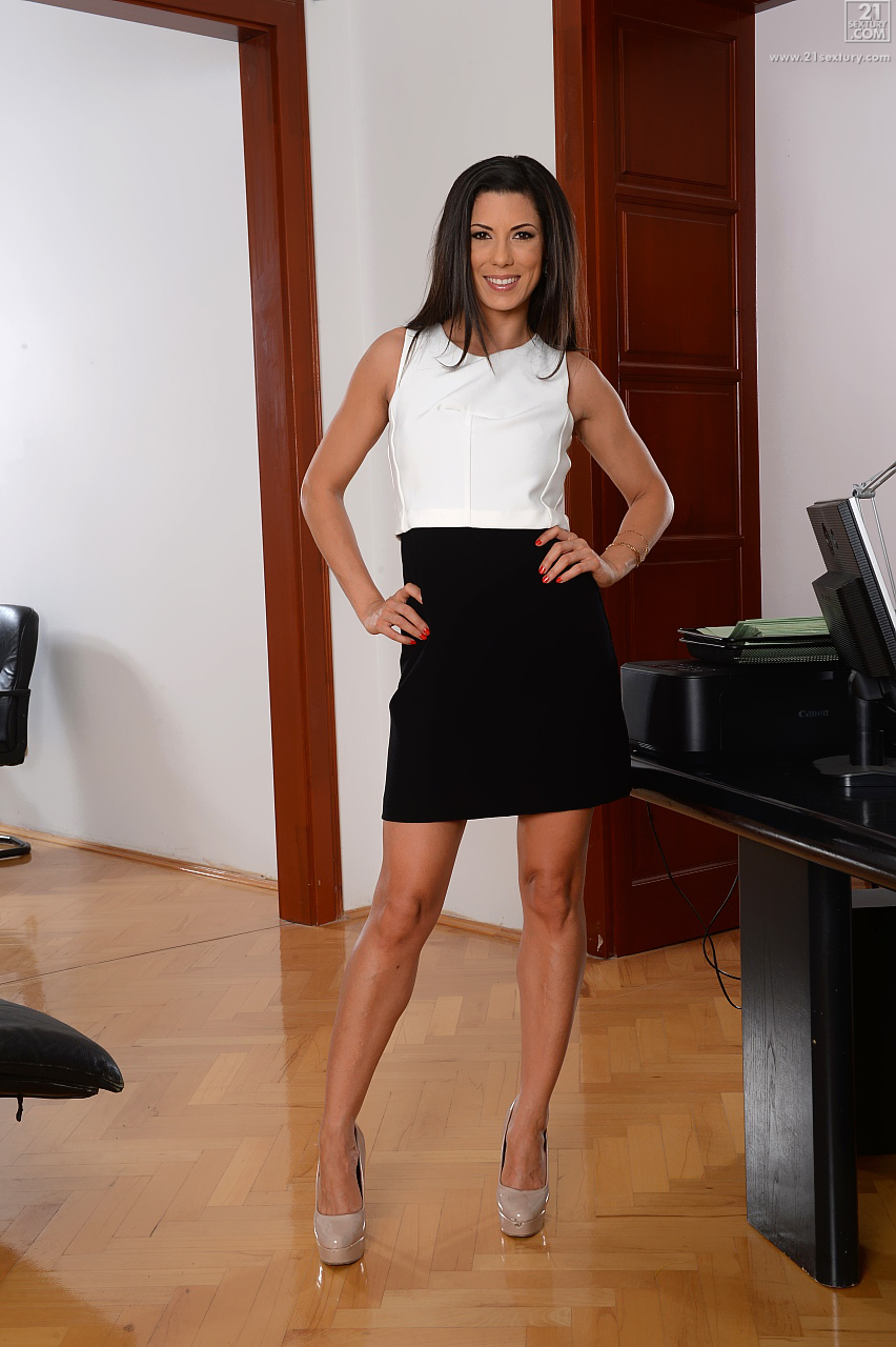 Hot brunette secretary Alexa Tomas sucking gloryhole cock at work № 1292702 загрузить