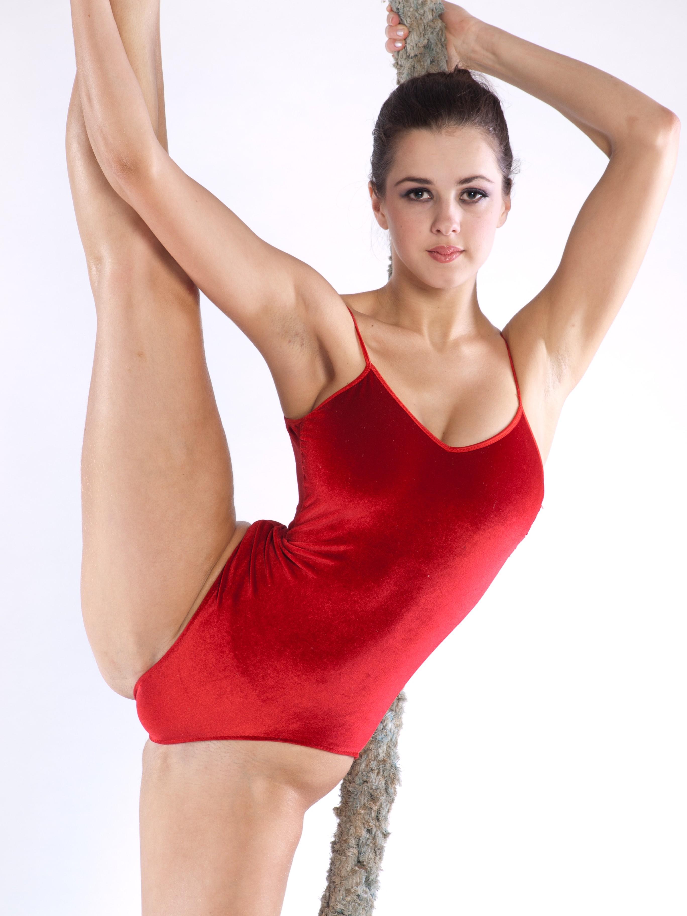 gimnastki-v-kupalnikah-erotika