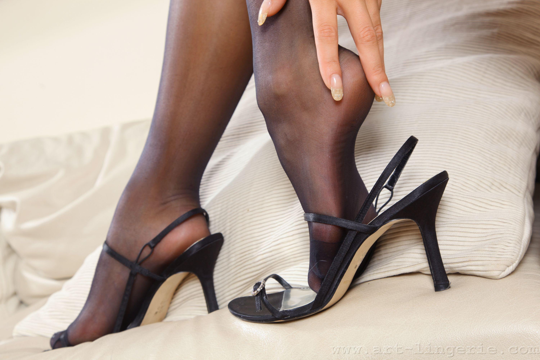 Девушки в колготках туфлях
