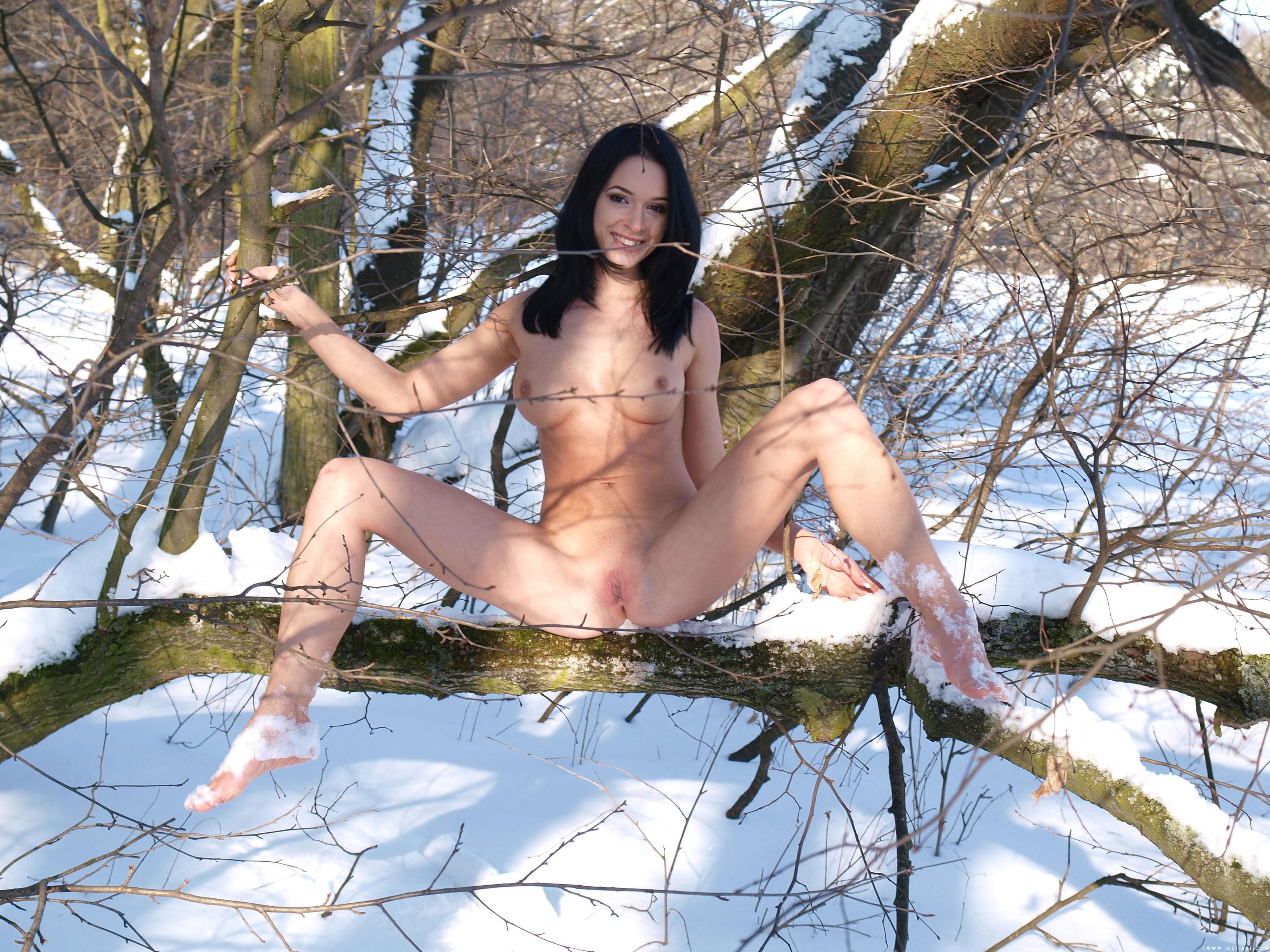 По снегу голышом